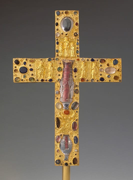 1. Borghorst reliquary cross, obverse, German (Essen?) with Fatimid rock crystal, gold (on obverse), gemstones, rock crystal, pearls, gilt copper (on reverse), wooden core, 41.1cm, ca. 1050. Steinfurt-Borghorst, Pfarrgemeinde St. Nikomedes (photo: ©Stephan Kube, Greven, Germany)