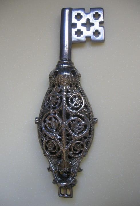 3.Key of St. Servatius, Aachen, Workshop of the Pfalzkapelle Bronze Railings, gilt silver, 29cm, ca. 800. Maastricht, Schatkamer Sint Servaas (photo: © Stichting Schatkamer Sint Servaas).