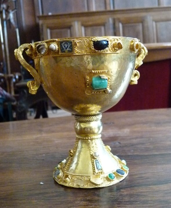 7.Chalice of Bishop Gauzelin, Lotharingia, gold, gemstones, pearls, cloisonné enamel, 13.2cm, mid-900s. Nancy (photo: © Beatrice Kitzinger).