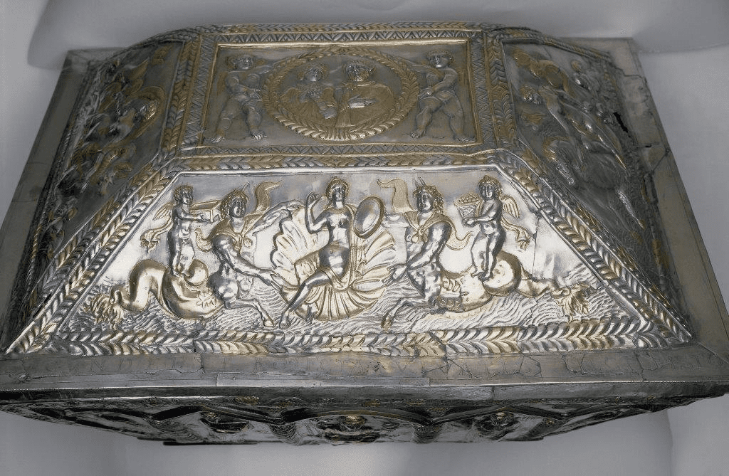 Fig. 5. Venus at her toilette, Casket of Projecta, metal and silver-gilt, repoussé, Rome (Esquilline treasure), Late Roman, c. 380 AD. London, British Museum (M&ME 1866, 12-29,1)